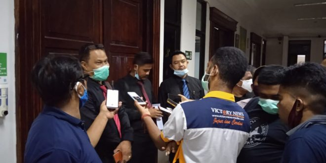 Tim Kuasa Hukum Stefanus Sulaiman sedang dikerumuni wartawan usai sidang pembacaan tutuntan JPU, Kamis(12/11/2020)